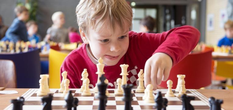 menino a jogar xadrez
