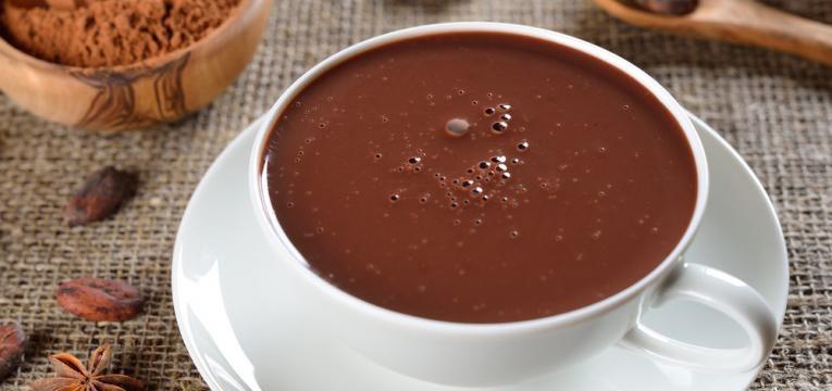 Chocolate quente saudavel com cardamomo