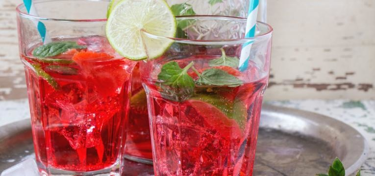 bebidas de verao e limonada de morango