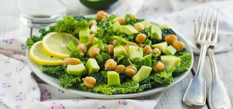 Salda de grao-de-bico com abacate
