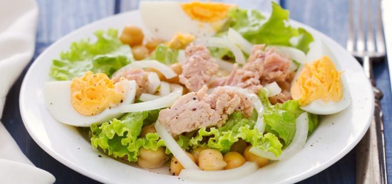 Salada de grao-de-bico com atum e ovos