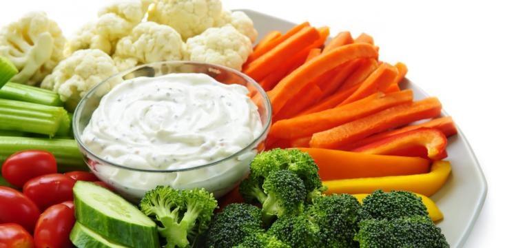 Palitos de legumes com molho de iogurte