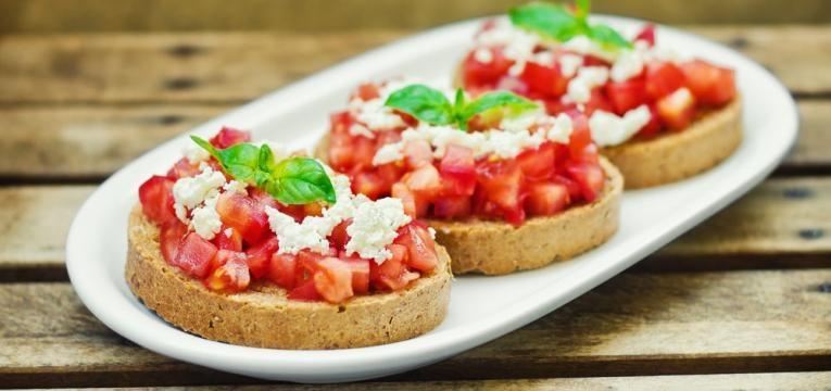 Bruschetta de tomate e manjericao