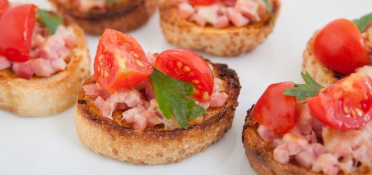Bruschetta com tomate e presunto