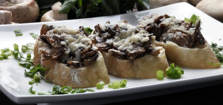 Bruschetta de cogumelos e queijo