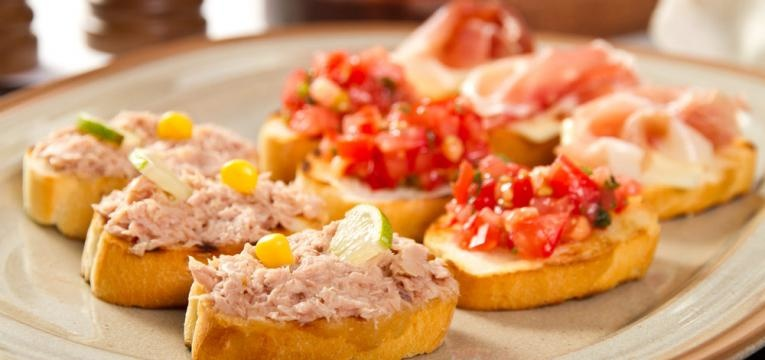 Bruschetta de tomate, atum e azeitona
