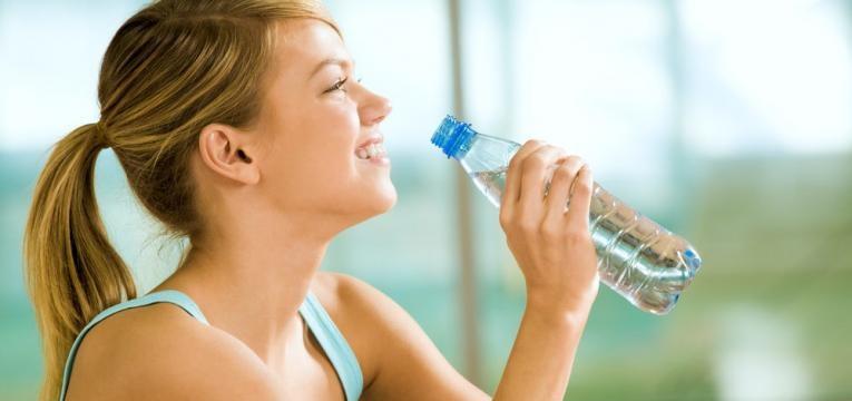 beber agua de garrafa