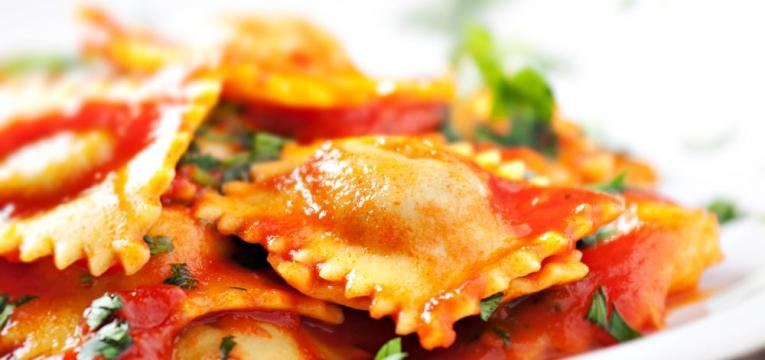Raviolis de carne com molho de tomate