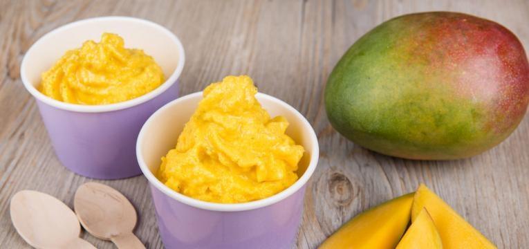 Gelado de frutas com bolachas e iogurte grego