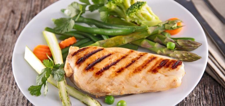 Peito de frango com legumes a vapor e receitas a vapor