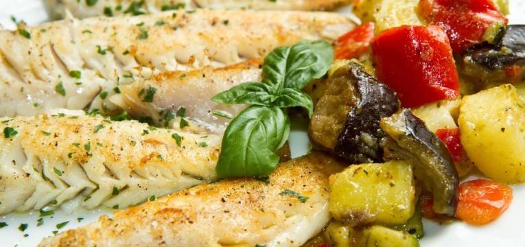 Filetes de peixe a vapor com legumes salteados e pesto