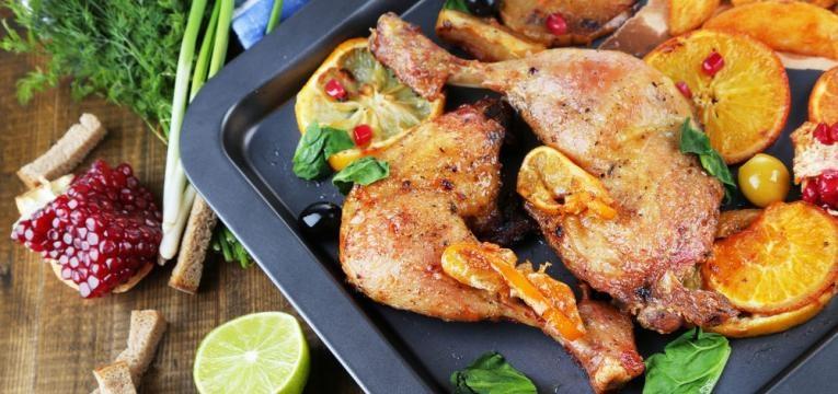 Sobrecoxas de frango com laranja e creme de cebola