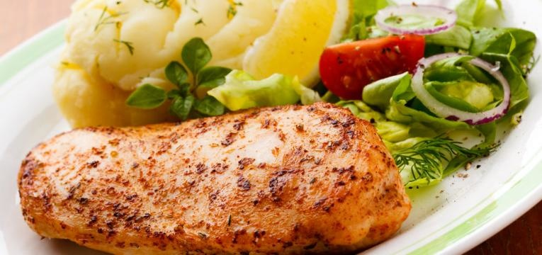 Peito de frango com maionese e sumo de laranja