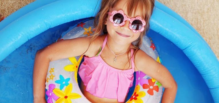 menina de boia na piscina