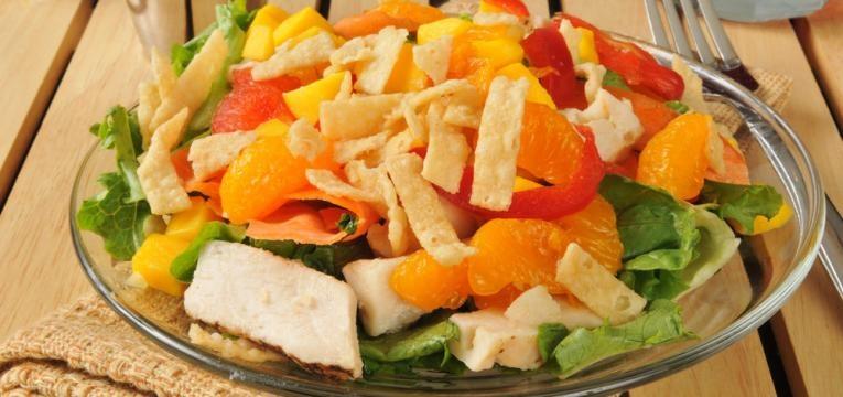Salada de frango com vinagrete de amendoim