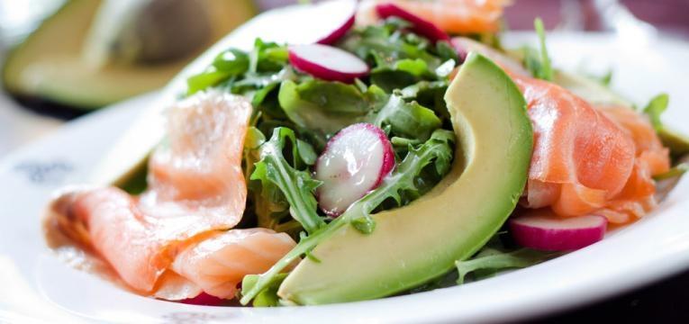Salada de rucula, salmão e abacate com molho de limao e salsa