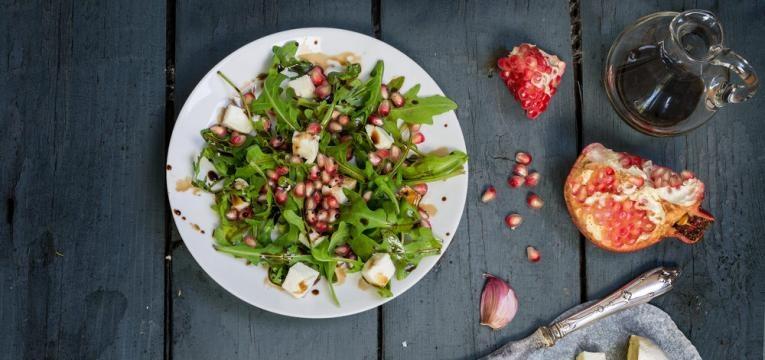 Salada de peru e romã com molho balsamico cremoso