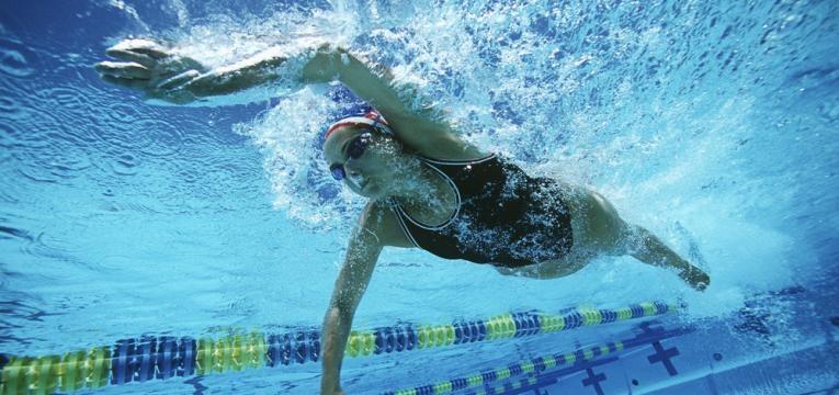 mulher a nadar