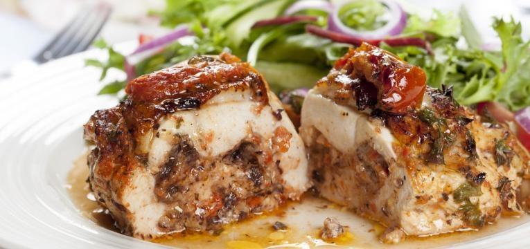 Peito de frango recheado a mediterraneo
