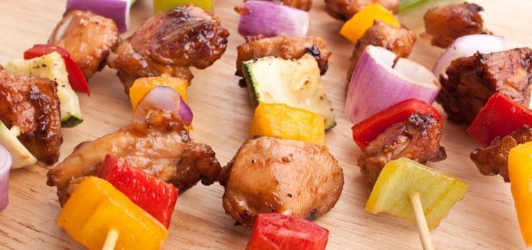 Espetadas de frango com pimento e cebola