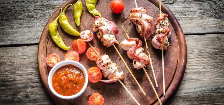 Espetadas de frango com bacon e ananas