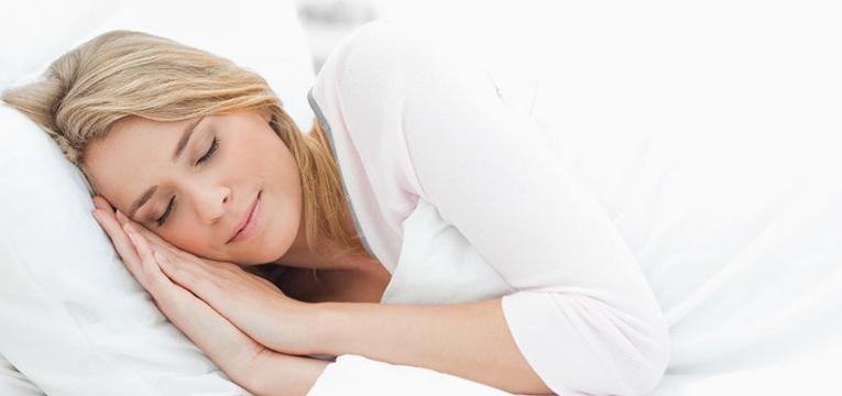 mulher a descansar tranquilamente