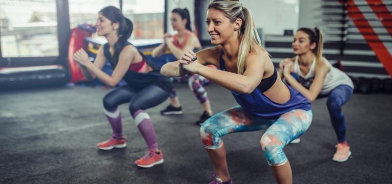 exercicio fisico com agachamentos