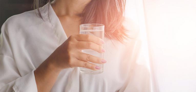 beber agua de copo