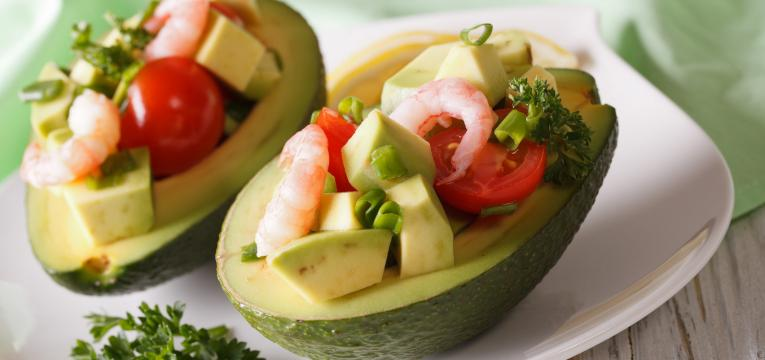 abacate recheado com camarão e tomate