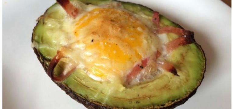 abacate recheado com presunto queijo e ovo