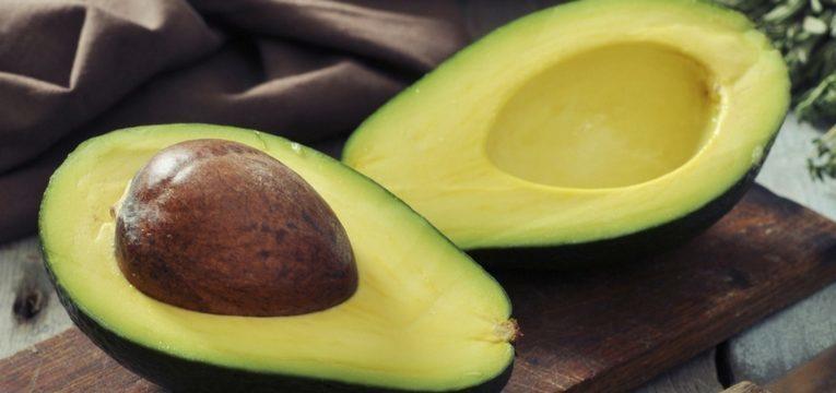 abacate cortado a meio