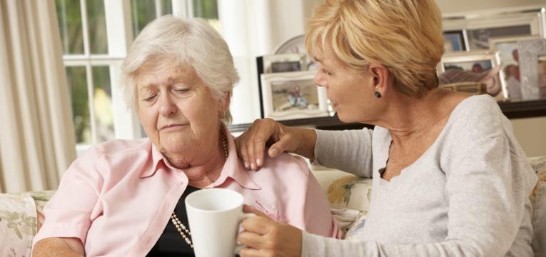 mae a apoiar mae idosa