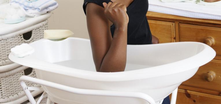 cuidados a ter antes de dar banho ao bebe