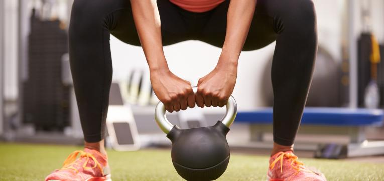 agachamento sumo em exercícios de agachamento