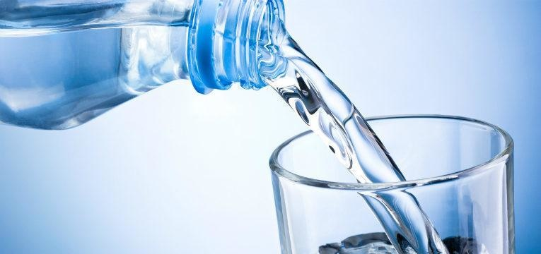 agua de uma garrafa de plastico