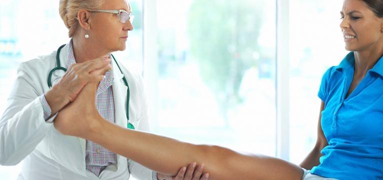 medica a examinar pe de paciente