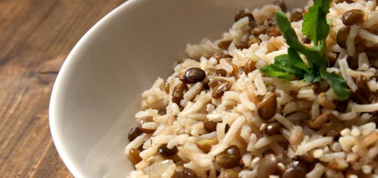 arroz com lentilhas em pratos sem carne