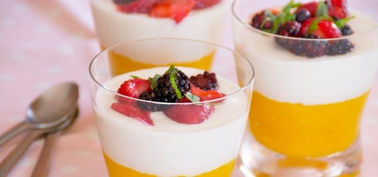Parfait de manga e frutos vermelhos