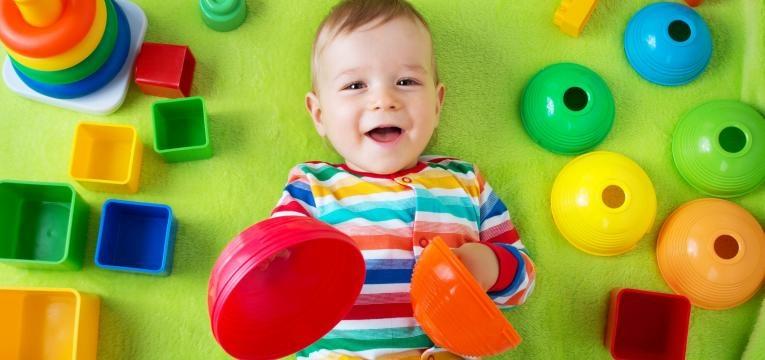 bebe feliz com muitos brinquedos