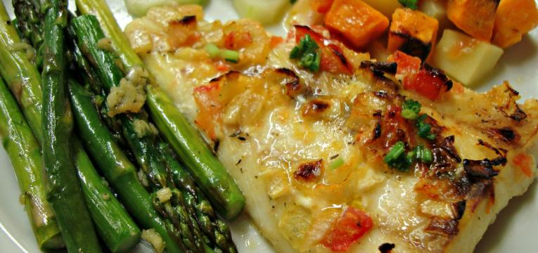 bacalhau assado no forno com batata doce e legumes