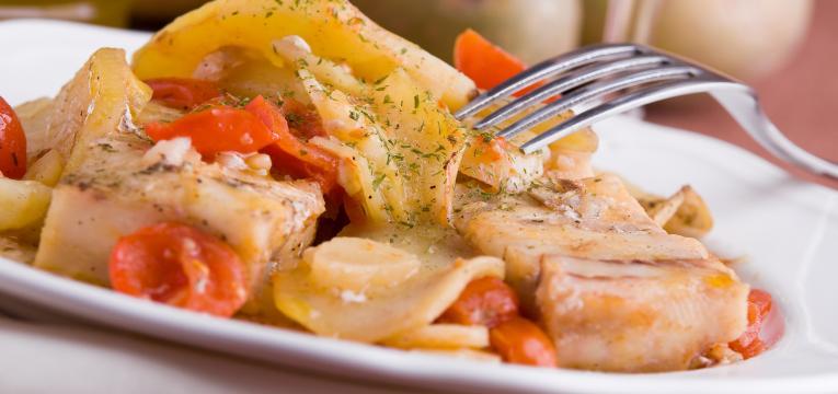 bacalhau no forno com batatas em receitas para a sexta-feira santa
