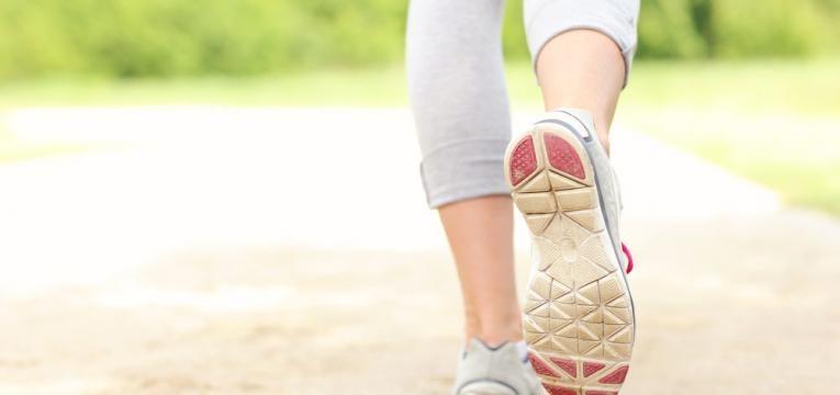 caminhar para exercitar os musculos