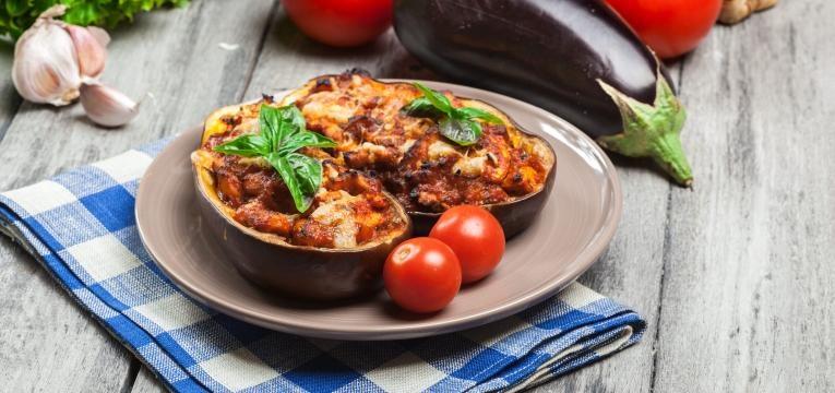 Beringela recheada com peru e tomate