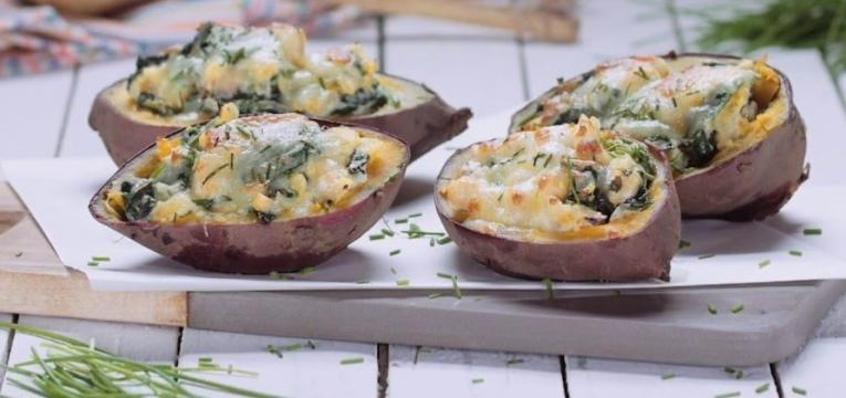 batata-doce recheada com espinafres e frango