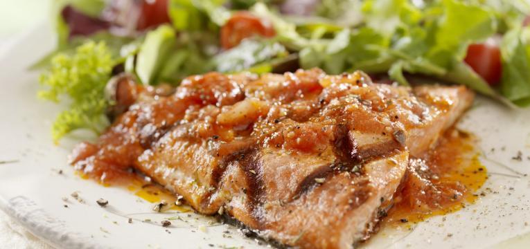 salmão com molho de tomate em receitas para a sexta-feira santa