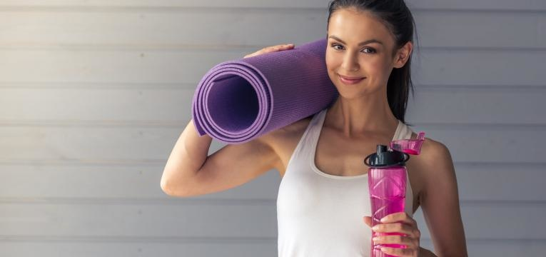 mulher que faz exercicio fisico