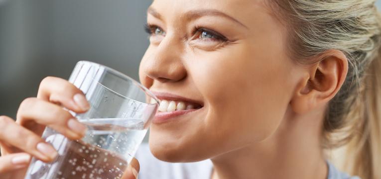 beber água e alimentos para curar a ressaca