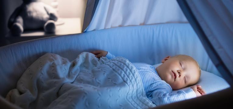 bebe a dormir com luz de presenca