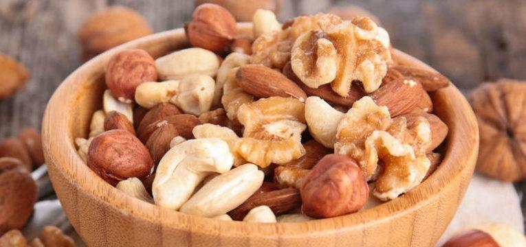 frutos secos em tigela de madeira