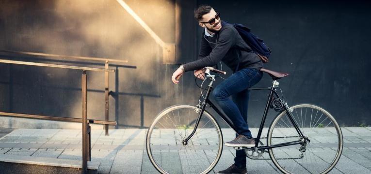 homem em bicicleta para o trabalho